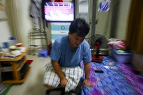 Chang trai mat chan, 9 lan len ban mo sau tai nan giao thong hinh anh 24