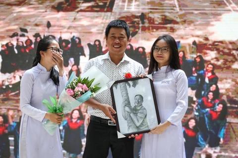 Nu sinh Trung Vuong luu luyen chia tay ta ao trang hinh anh 8