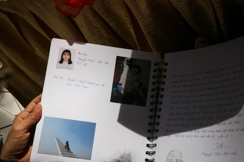 Nu sinh Trung Vuong luu luyen chia tay ta ao trang hinh anh 10
