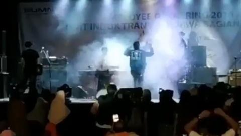 Giay phut song than Indonesia cuon troi ban nhac dang bieu dien hinh anh