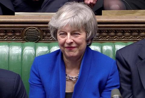 Thủ tướng May vượt qua bỏ phiếu bất tín nhiệm sau thất bại Brexit
