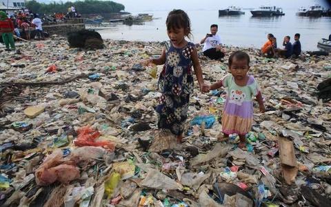 Những bãi biển không thấy cát chỉ có nhựa của Indonesia