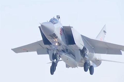 Tiem kich MiG-31 phong ten lua sieu thanh hinh anh