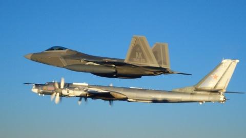 Tiem kich My chan may bay nem bom Tu-95 cua Nga tap tran gan Alaska hinh anh