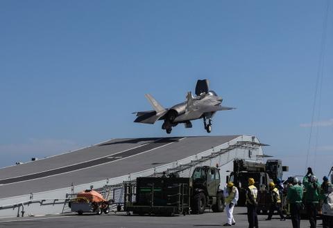 F-35 lan dau ha canh tren tau san bay dat nhat cua Anh hinh anh 8