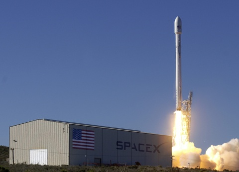 SpaceX cua Elon Musk lan dau phong ve tinh quan su hinh anh
