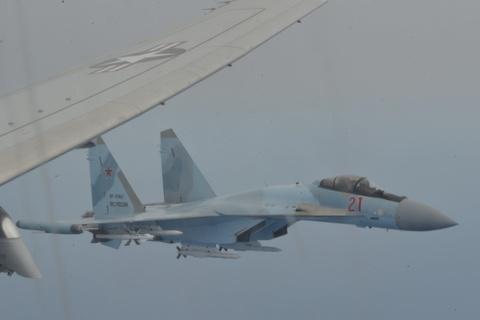 My tung video to Su-35 Nga mang ten lua chan 'sat thu diet ngam' P-8A hinh anh