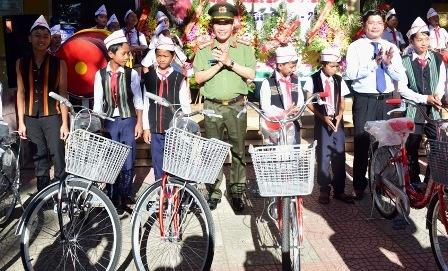 Cong an Thua Thien - Hue tang 57 xe dap cho hoc sinh vung cao hinh anh