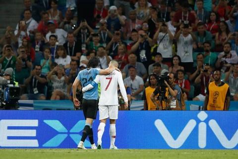 Hanh dong dep cua Ronaldo trong cuoc cham tran voi Uruguay hinh anh