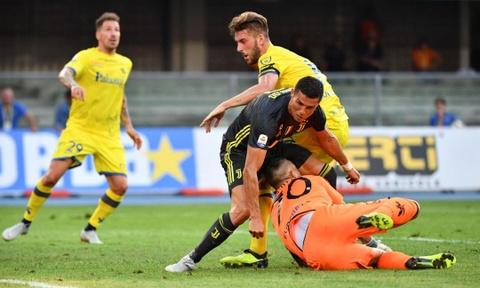 Ronaldo nhan tin xin loi thu mon Chievo sau khi lam vo mui doi thu hinh anh