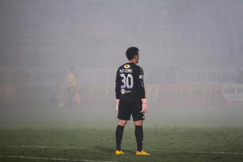 Cau thu Hai Phong suyt dinh phao sang khi an mung ban thang hinh anh 9