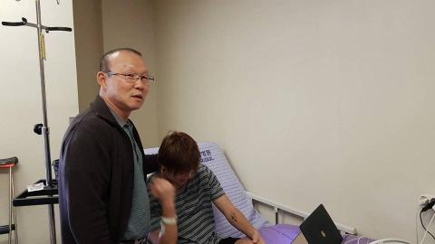HLV Park Hang-seo tham hoi, dong vien Tuan Anh o Han Quoc hinh anh