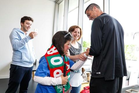 Cristiano Ronaldo bien giac mo cua 2 tre khuyet tat thanh su that hinh anh