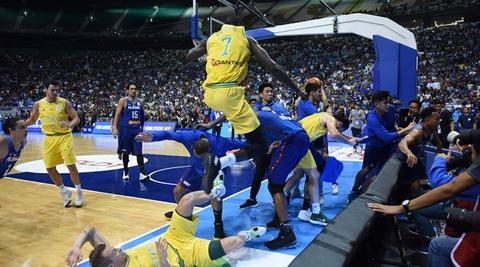 Cau thu bong ro danh nhau o giai FIBA World cup hinh anh