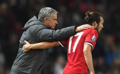 HLV Mourinho gui loi tri an xuc dong den Daley Blind hinh anh