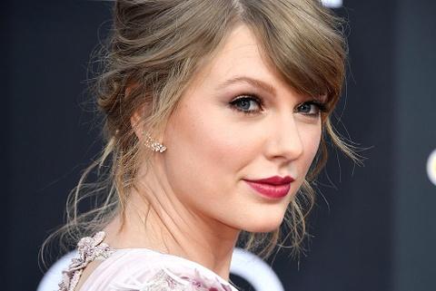 Taylor Swift hop suc cung me keu goi ung ho ung cu vien Dan chu hinh anh