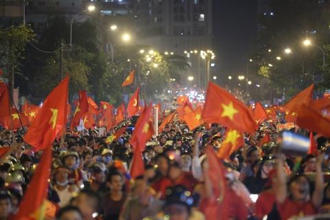 BLV Quang Huy: 'Vo dich roi! an mung thoi cac ban oi' hinh anh 2