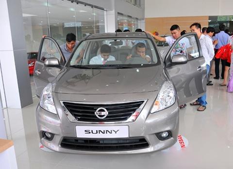 Nissan Sunny dot ngot giam gia gan 30 trieu hinh anh