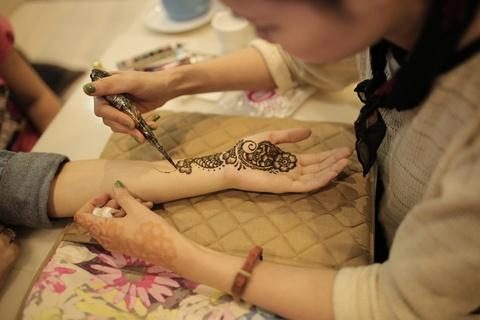 Can canh co gai ve Henna Tattoo thu bac trieu moi thang hinh anh