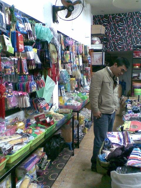 Shop dong gia 10.000 dong 'giup' tieu thu hang Trung Quoc hinh anh