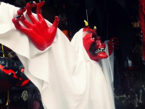 Do choi Halloween: Chi qua bi nhua la hang Viet hinh anh