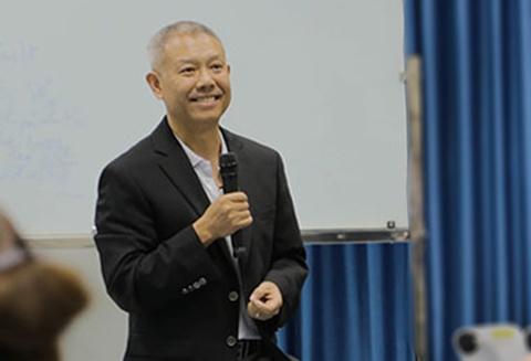 GS Truong Nguyen Thanh tra loi bao chi khi tro lai Viet Nam hinh anh