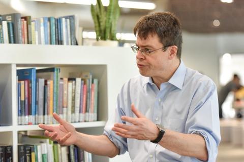 GS Harvard: Đừng trở thành người vừa kiêu căng, vừa thiếu hiểu biết