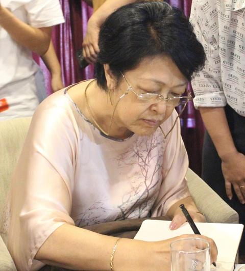 'Nhiều người trẻ Việt đang sống trong chiếc lồng vàng'