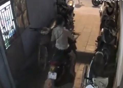 Camera ghi hinh ba nu tuoi teen nghi dan canh trom xe hinh anh