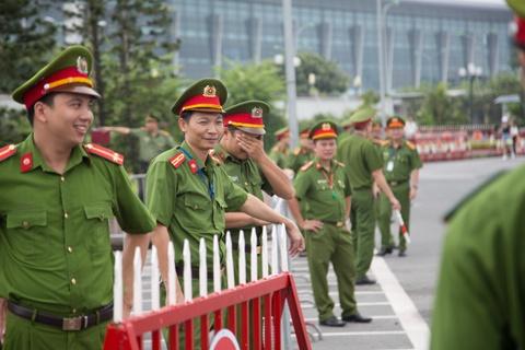 Hang tram canh sat bao ve le don doi tuyen Olympic Viet Nam hinh anh