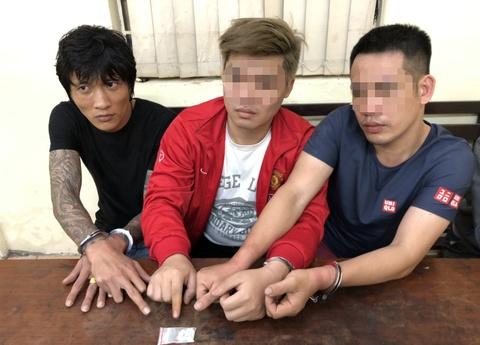 Bốn cảnh sát cơ động vây ráp taxi chở thanh niên xăm trổ