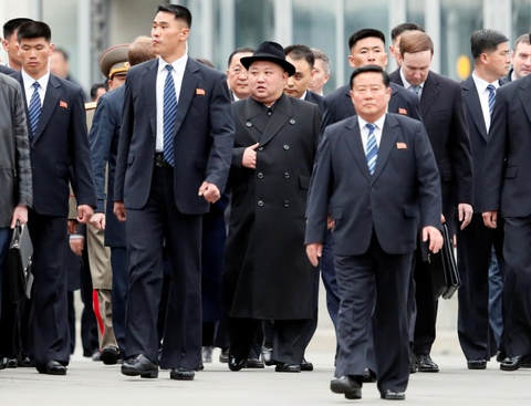 Ong Kim Jong Un mac au phuc, buoc xuong nha ga vung Vien Dong cua Nga hinh anh 1