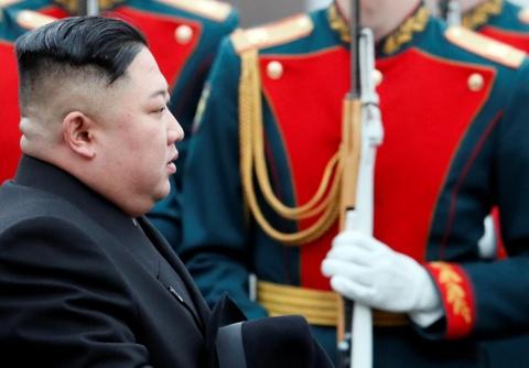 Ong Kim Jong Un mac au phuc, buoc xuong nha ga vung Vien Dong cua Nga hinh anh 4