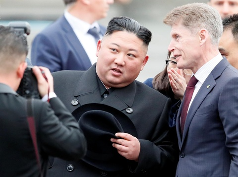 Ong Kim Jong Un mac au phuc, buoc xuong nha ga vung Vien Dong cua Nga hinh anh 5
