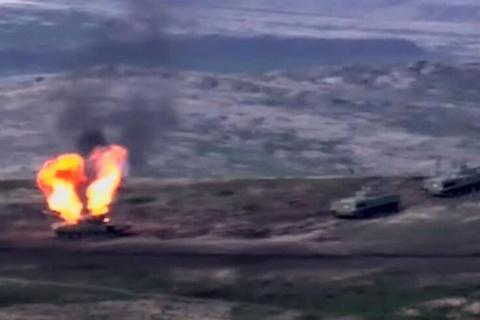 Armenia va Azerbaijan dung do, 10 xe tang bi ban ha hinh anh