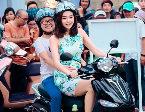 Minh Hang xuong mien Tay lai thu xe voi sinh vien hinh anh