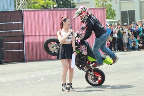 Biker Thai trinh dien stunt tai Vietnam Motor Festival 2015 hinh anh