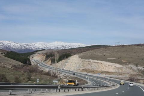 10 con duong cho chay xe nhanh nhat the gioi hinh anh 3 9. Đường cao tốc Trakia (Bungari) – 140 km/h  Đường cao tốc Trakia kết nối thủ đô Sofia của Bungari và thành phố Burgas trên bờ Biển Đen. Tổng chiều dài của con đường này khoảng 360 km. Phần cuối cùng đoạn đường mới được khánh thành ngày 15/7/2013, sau 40 năm xây dựng.  Tốc độ tối đa cho phép trên đường cao tốc Trakia là 140 km/h. Đây là mức cao hơn so với mức trung bình của châu Âu.