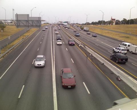 10 con duong cho chay xe nhanh nhat the gioi hinh anh 2 10) SH 130 (Mỹ) -  137 km/h  Texas State Highway 130 còn được gọi tắt là SH 130 là đường cao tốc chiều dài 131 dặm (211 km), bắt đầu từ San Antonio đến Georgetown (bang Texas).  Con đường này được xây dựng từ năm 1985. Tốc độ tối thiểu 130 km/h, đặc biệt, trên con đường này có đoạn tốc độ tối đa lên tới 137 km/h, cao nhất tại Bắc Mỹ.
