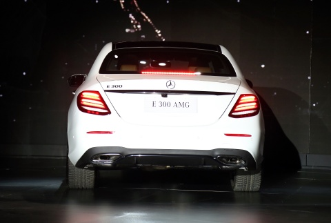 Chi tiet Mercedes E300 AMG gia tren 3 ty vua ra mat tai VN hinh anh 3