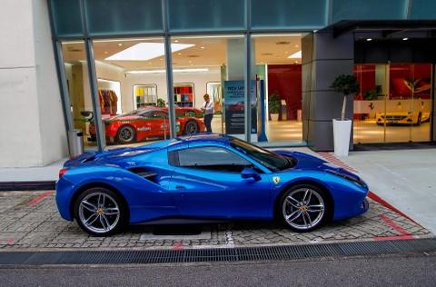Dai gia Singapore chi bao nhieu tien de so huu Ferrari hinh anh