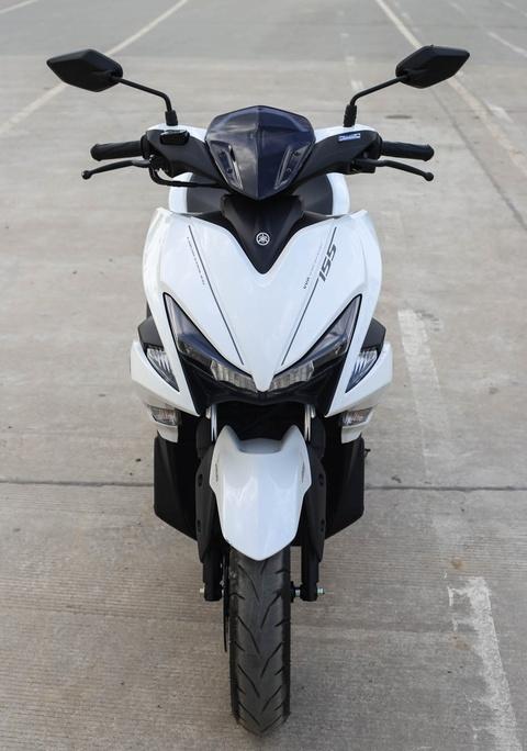 Chi tiet Yamaha NVX: Kich thuoc lon, dang the thao hinh anh 2