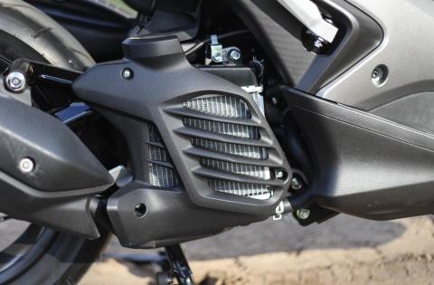 Chi tiet Yamaha NVX: Kich thuoc lon, dang the thao hinh anh 6