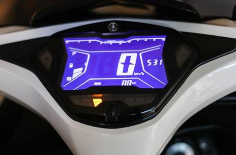 Chi tiet Yamaha NVX: Kich thuoc lon, dang the thao hinh anh 8