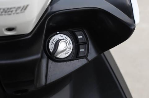 Chi tiet Yamaha NVX: Kich thuoc lon, dang the thao hinh anh 9
