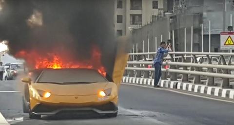 Lamborghini trieu hoi 5.900 chiec Aventador vi so chay no hinh anh