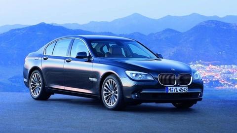Xe sang BMW 7 Series bi trieu hoi vi loi tu bung cua khi chay hinh anh