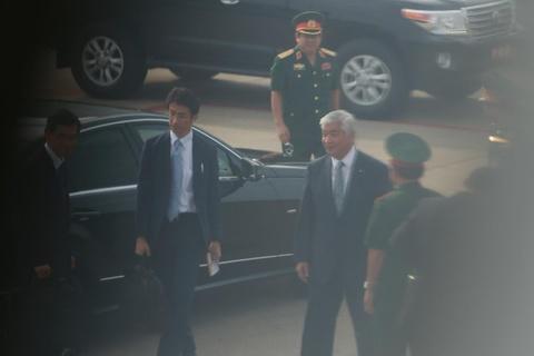 Bo truong Quoc phong Nhat tham quan cang Cam Ranh hinh anh