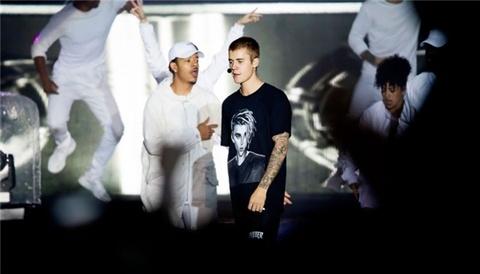 Tu choi hat vi khong thuoc loi, Justin Bieber bi khan gia nem chai hinh anh