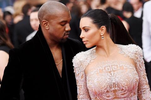 Vo chong Kim Kardashian nho nguoi mang thai ho con thu 3 hinh anh